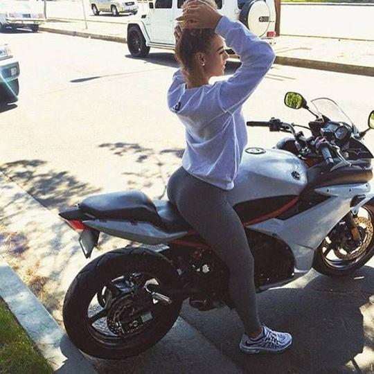 오토바이 위에서 S라인을 뽐내는 여성