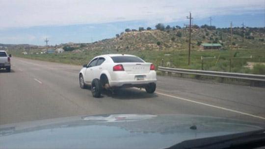 주행 중 바퀴가 빠진 자동차