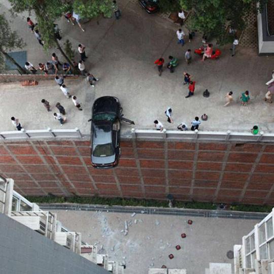절벽에 걸친 자동차