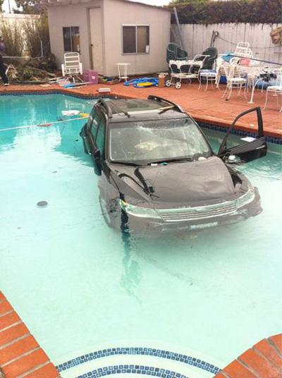 수영장에 빠진 자동차 '깜짝'