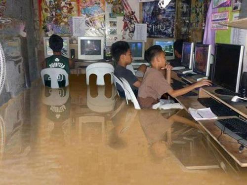 홍수 속에서 게임하는 소년들 '충격'