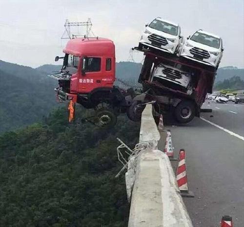 대형사고 위기에 처한 트럭