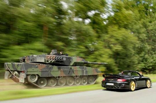스포츠카와 경주하는 탱크