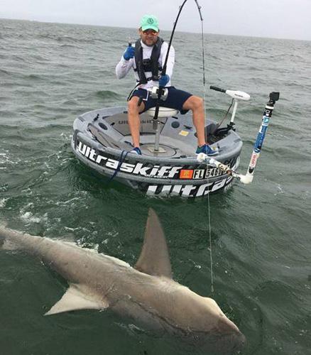 낚싯대로 상어를 잡은 남성