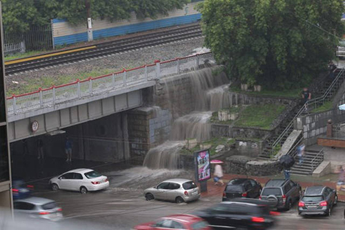 폭우가 만든 도심 속 폭포