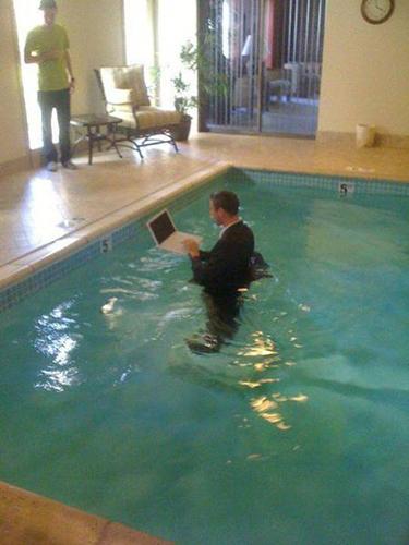 수영장에서 노트북을 하는 남성