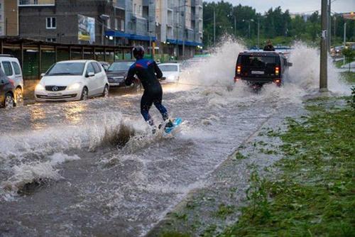 홍수 속 수상스키 즐기는 남성