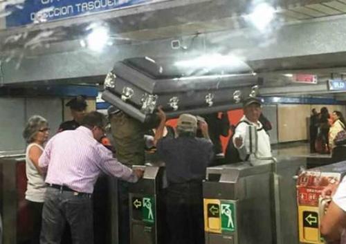 지하철로 관을 옮기는 사람들