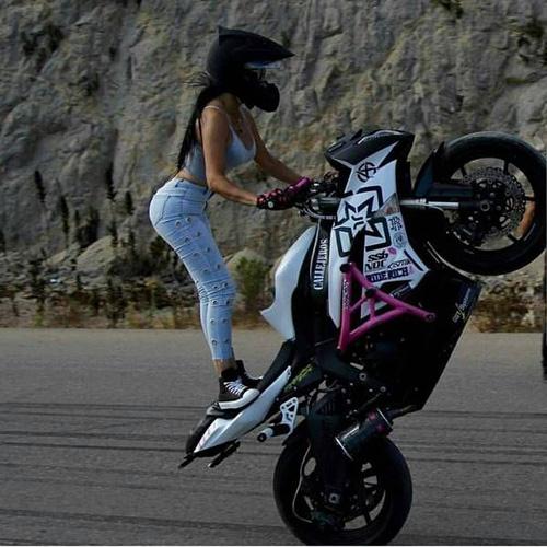 오토바이 위에서 매력 발산