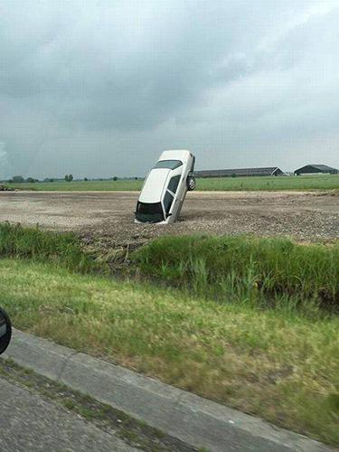 땅에 처박힌 자동차