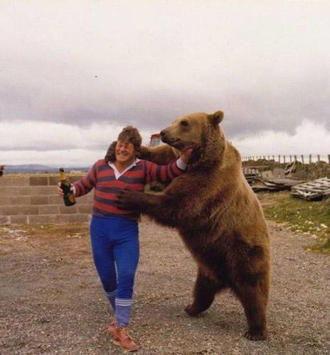 불곰에게 붙잡힌 사람