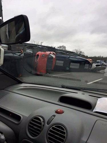 슈퍼카 운송 중 일어난 교통사고