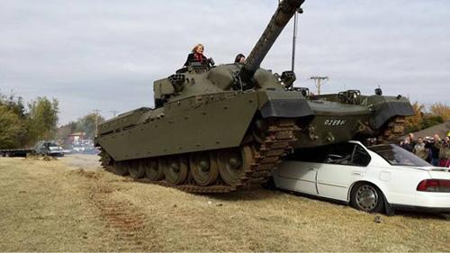 탱크에 깔린 자동차