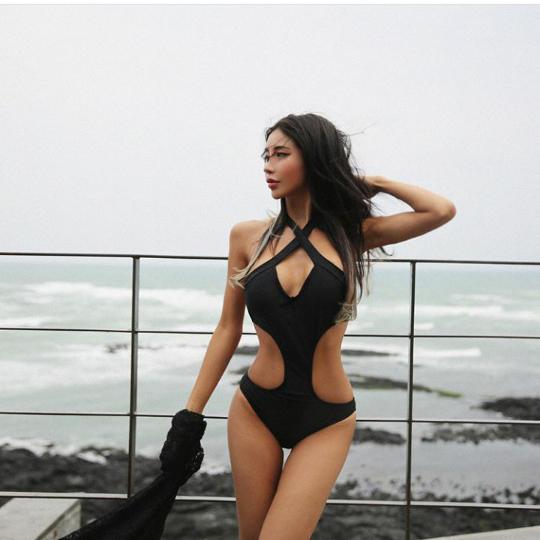모델 김예림, 환상 몸매 모노키니 자태