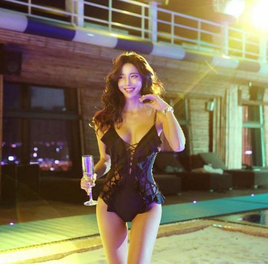 빛나는 김예림의 섹시한 모노키니
