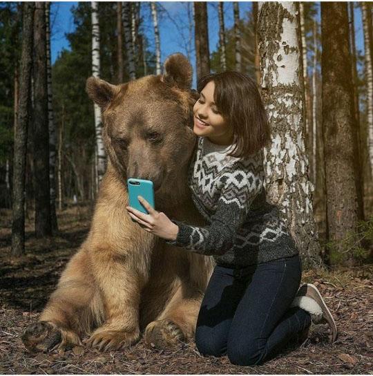 야생곰과 인증샷 남긴 미녀