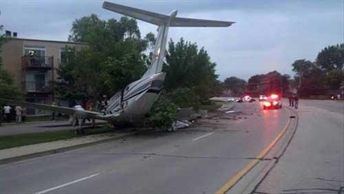 도로에 추락한 경비행기