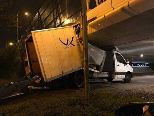 다리 충돌로 파손된 트럭