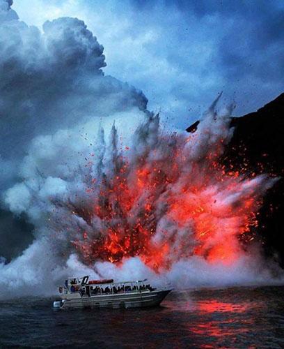 관광객 덮친 용암 폭발