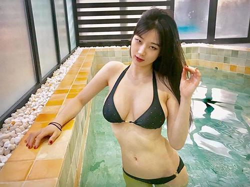 김우현, 섹시한 비키니 자태