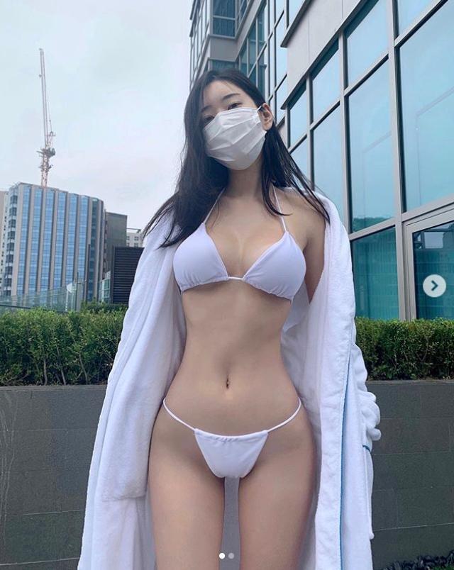 모델 신재은 과감 포즈, 마스크 보다 작은 비키니 입고