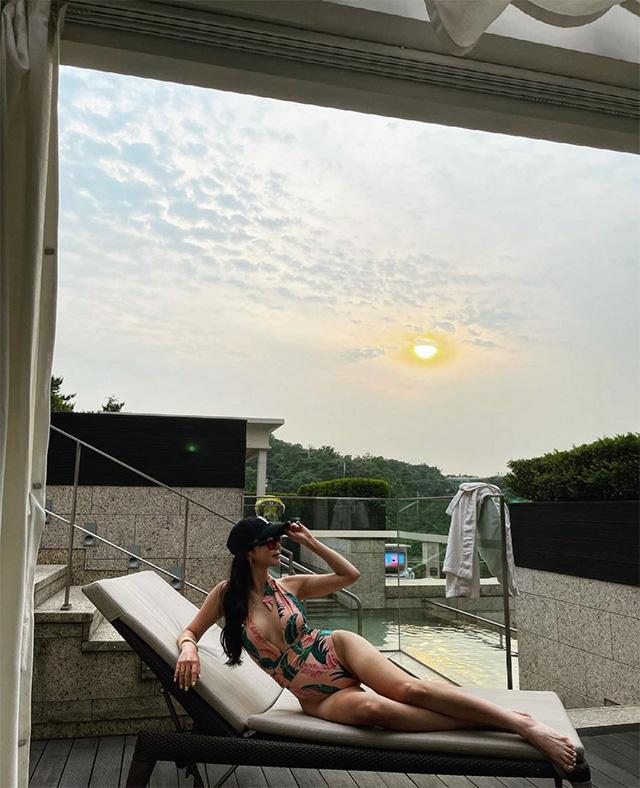 특급 미녀 골퍼, 호텔 수영장서 완벽한 바디 라인 과시